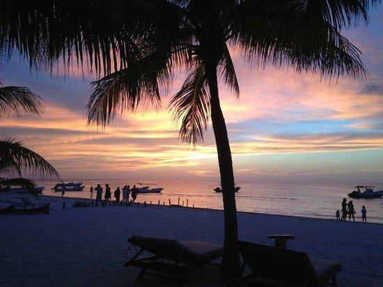 tramonto sulla spiaggia dell'hotel