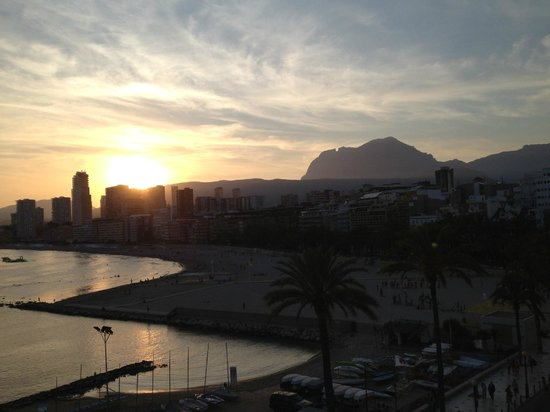 Hotel Condestable: Sunset at Poniente beach with a view of Puig Campana