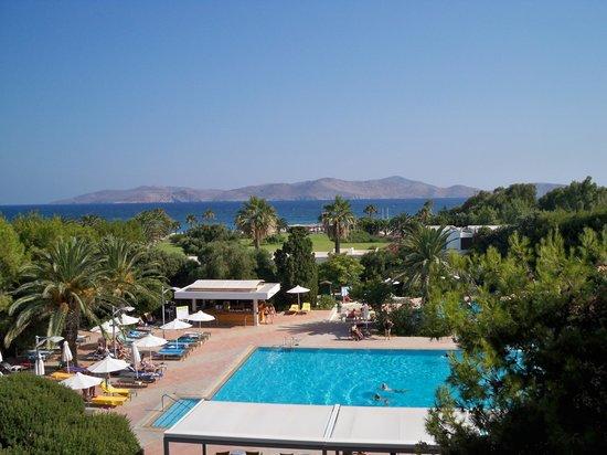 Caravia Beach Hotel: Widok na basen, morze i sąsiednią wyspę