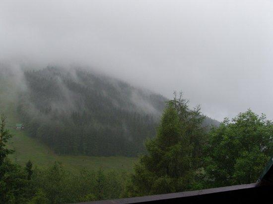 Parkhotel Harrachov: Vue de la chambre - un jour où la pluie s'annonçait...