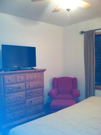 Arrowhead Village Condominiums: master bed