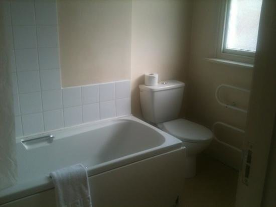 Victoria Hotel: bathroom in room 1