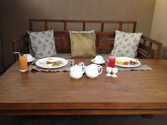 Kanishka Villas: breakfast in the courtyard