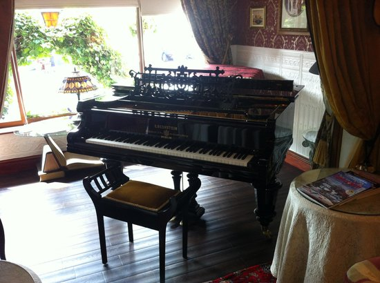 The Lonsdale Hotel: Stephens lovely piano
