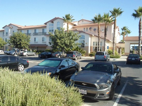 Holiday Inn Express Hotel & Suites Manteca: Hotel from parking lot