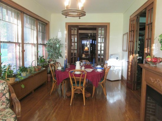 Deutsche Strasse Bed & Breakfast: Breakfast sunroom