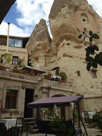 Divan Cave House: cheminée de fée et cour