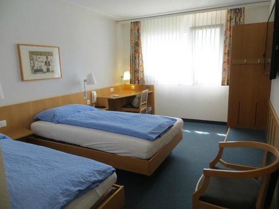 Hotel Good Night Inn : просторный и простой номер
