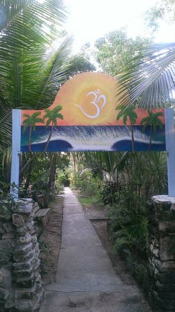 Sivananda Ashram Yoga Retreat: Entrance to walk