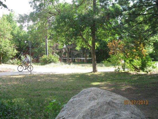 Boulder University Inn: Path