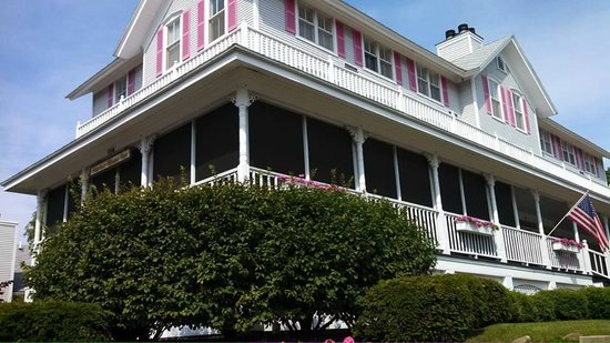 The Harbor House Inn: Screened porch to relax in, eat breakfast, watch musical fountain