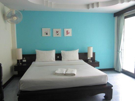 J. Hotel : Clean bedroom.