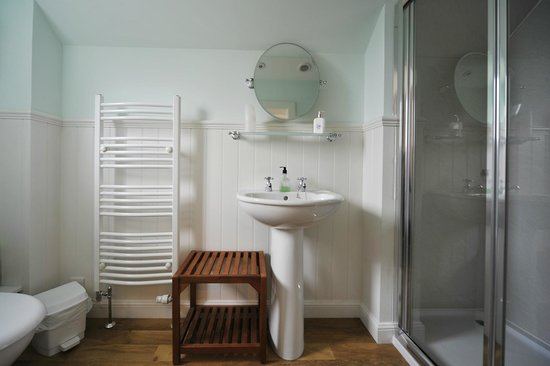 Dunallan House: En-suite shower room