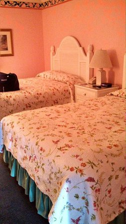 Lilac Tree Suites & Spa: Lots of room, no noisy air conditioner blowing on bed.