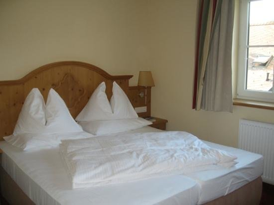 Hotel Schützenhof: bed in standard room / partial lake view