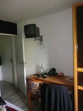 Westernacher Hotel : Uralter, defkter Min-Fernseher, winziges Zimmer