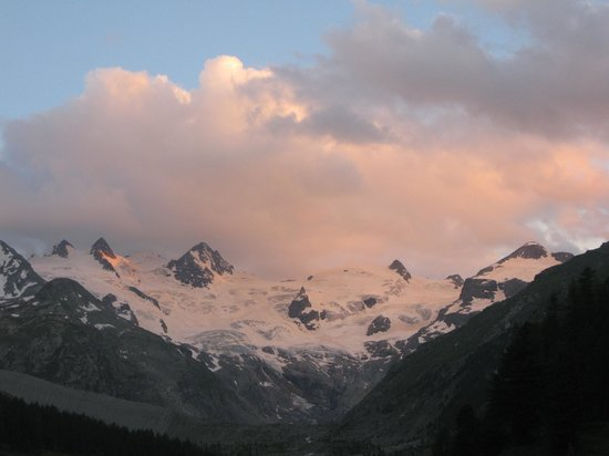 Hotel Roseg Gletscher: panorama dal prato davanti all'albergo