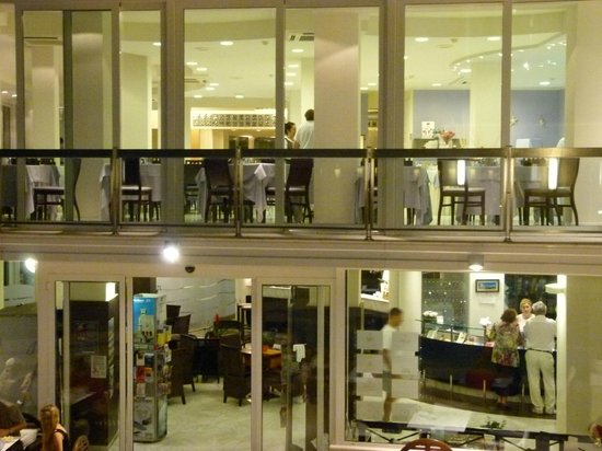 Hotel Sans Souci: First floor is fully reastaurant, reception below.