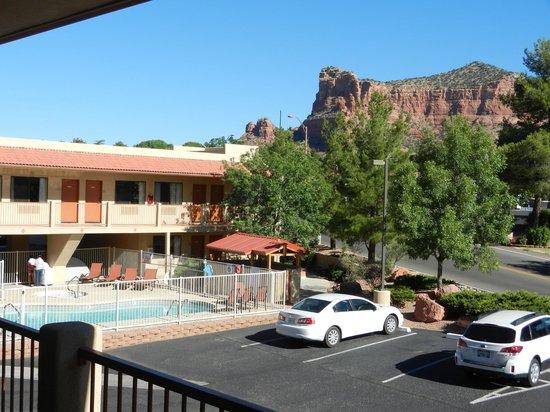 The Views Inn Sedona : Uitzicht vanaf hotelkamer op zwembad