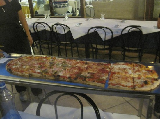 Ristorante Vesuvio: one meter of pizza!