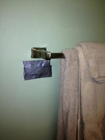 Thousand Islands Country Club: duck tape in bathroom and threadbare towels