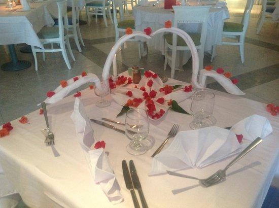 Golden Tulip Taj Sultan Resort: Geburgstag Tisch