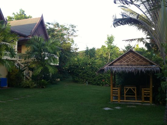 Chez Charly Bungalow: Garden with bungalow and relax areas
