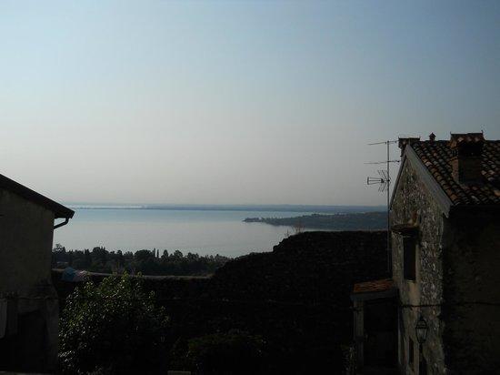 Il Castello B&B: Vue sur le lac de Garde depuis le château
