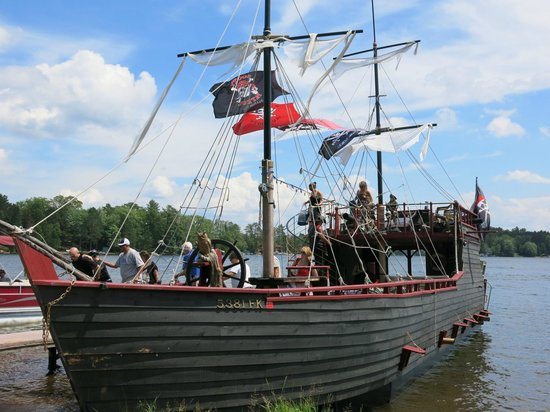 Pirates Hideaway : pirate ship on eagle lake!