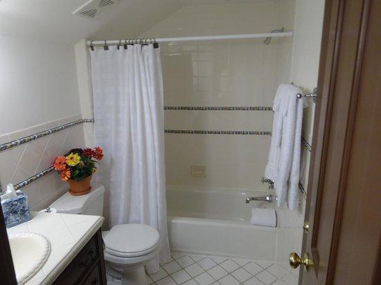 Church Point Manor: Separate bath