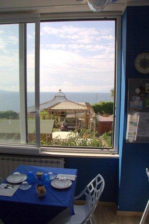 Particolare della cucina con vetrate sul giardino/mare (a destra si ...