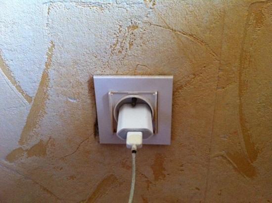 Hotel des Thermes : prise électrique bien pourrie