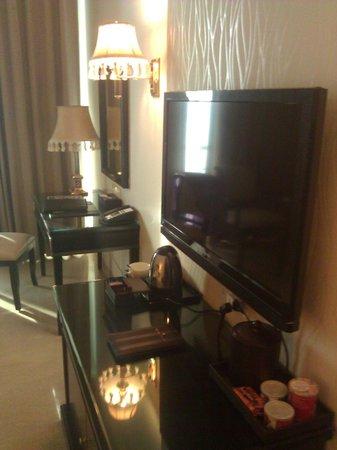 Royal Tulip Navi-Mumbai : TV and desk