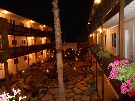 Ocean Beach Hotel: Blick in den Innenhof
