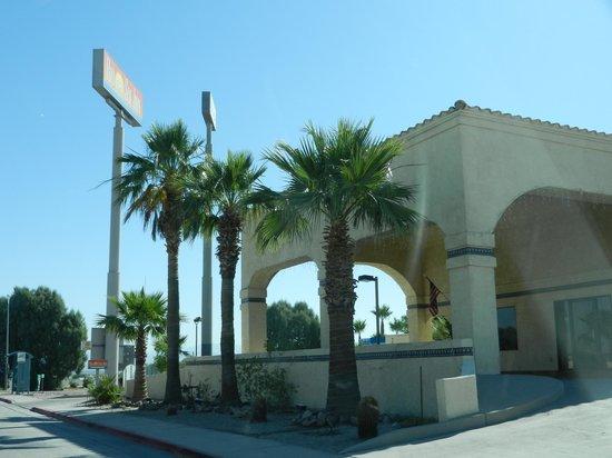 Rio Del Sol Inn Needles : Vooraanzicht motel met receptie