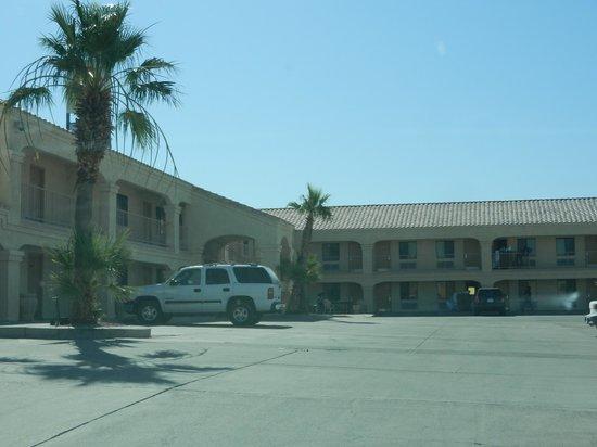 Rio Del Sol Inn Needles : De motelkamers liggen in een L-vorm