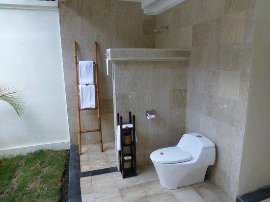 Hotel Ombak Sunset: Bathroom