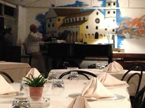 Mamma Lina, tavoli e pianoforte