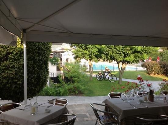 Belas Pool & Restaurant: Dining al fresco