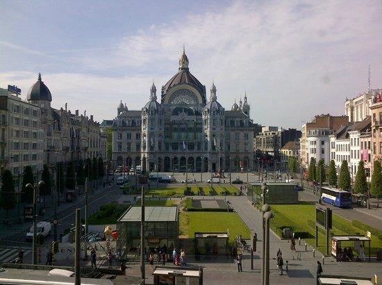 Radisson Blu Astrid Hotel, Antwerp: View from the breakfast room to Astridplein