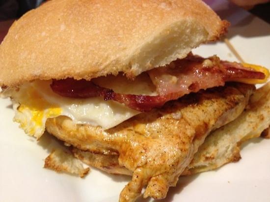Burgerlicious: bacon, egg, ali oli sauce & chicken