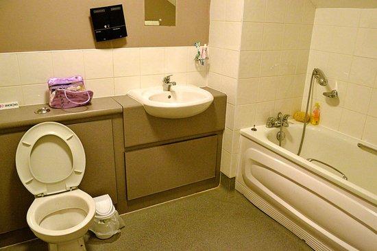 The Oak: Bathroom