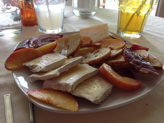 Bistro Belle Maison: Fruit and cheese platter
