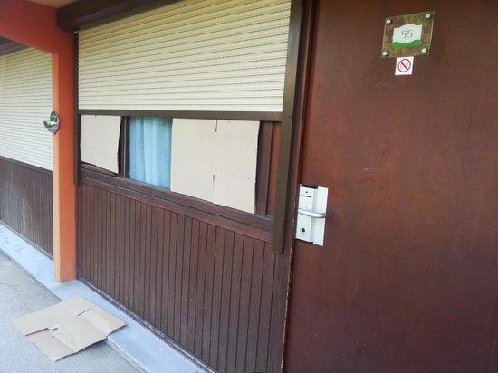 """Campanile Chalon-Sur-Saone: C'est comme ça que l'on ferme les volets dans cet """"hôtel"""" ..."""