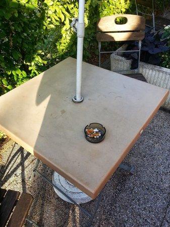 Campanile Chalon-Sur-Saone : Allez demander de nettoyer une table avant le petit dej ... vous verrez comment vous serez reçus