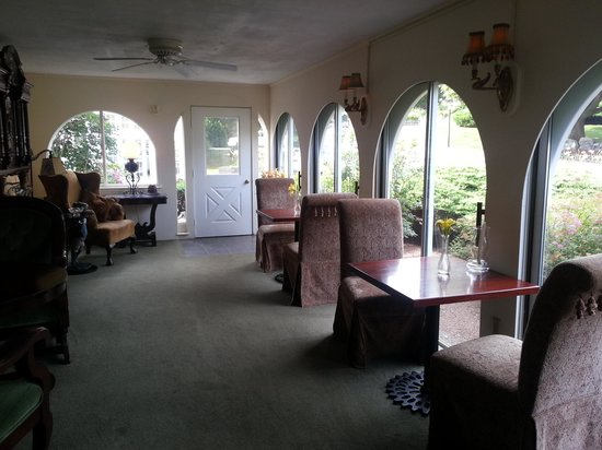 Hartwell House Inn: One of the inside sitting areas