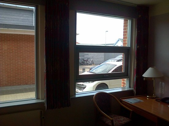 Hotel Pinenhus: PARKING VIEW - SMELLY ROOM
