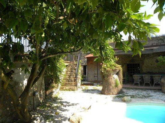 B&B Villa Castelcicala: Pool and courtyard