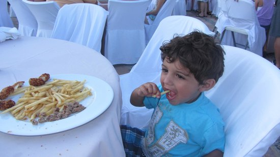 Playa Grande Resort: Roberto had the chef make my kids chicken tenders and fries @ Mexican night. did I say, he's awe