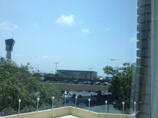 Avion Hotel: Room View towards Airport